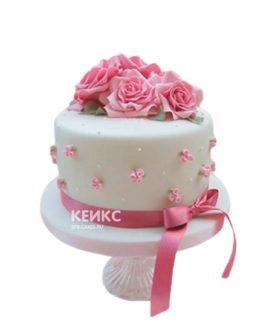 Белый торт на 8 марта с розами и бантом