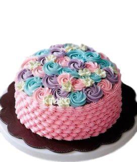 Разноцветный торт на 8 марта с кремовыми цветами