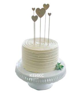 Недорогой кремовый торт с белыми сердцами на день рождения