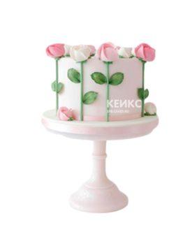 Недорогой нежно-розовый торт с розами на день рождения