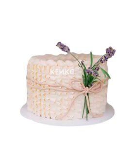 Недорогой торт с оборками и живыми цветами на день рождения
