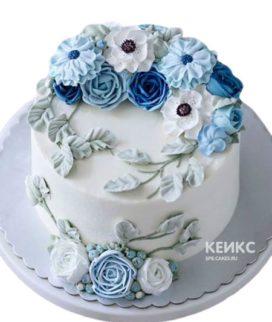 Белый торт из мастики украшенный цветами