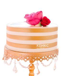 Недорогой торт на юбилей с золотыми полосами и розами