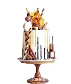 Белый торт парню на 15 лет с карамелью и сладостями