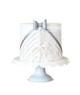 Торт в виде белого платья с рюшами и бантиком