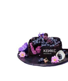 Темный постный торт с черникой и цветами