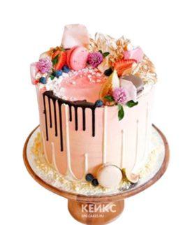 Розовый торт с цветами и фруктами