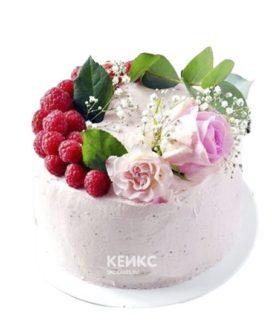 Розовый кремовый торт украшеный розами и малиной