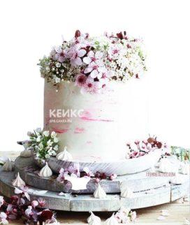 Розовый торт с маленькими цветами