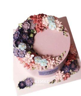 Розовый торт с разными цветами