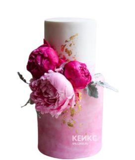 Бело-розовый торт с цветами