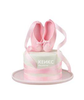 Белый торт Балерина с розовыми пуантами и лентами