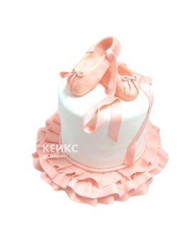 Белый торт балерина с розовыми пуантами
