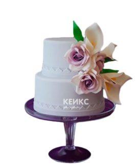Двухъярусный белый торт с нежными каллами