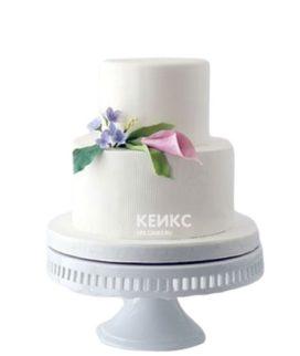 Двухъярусный белый торт с каллами
