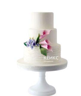 Белый торт с розовыми каллами