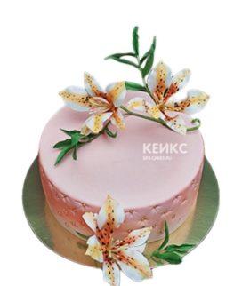 Розовый торт украшенный букетом лилий