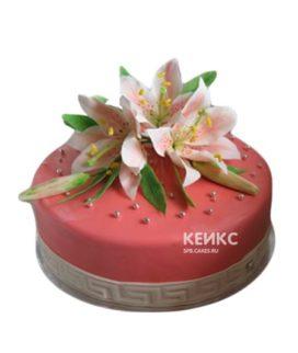 Коралловый торт украшенный лилиями и бусинами