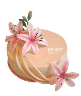 Торт персикового цвета украшенный розовыми лилиями