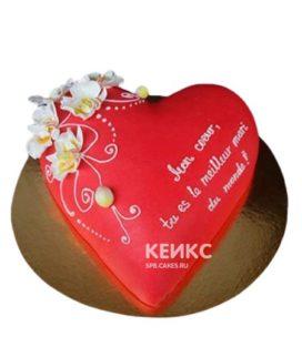 Торт в виде красного сердца с надписью