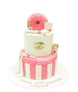 Торт в виде аксессуаров шанель и бело-розовой коробки
