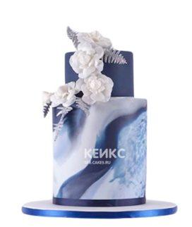 Двухъярусный синий торт с белыми цветами