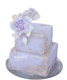 Двухъярусный квадратный сиреневый торт с цветами