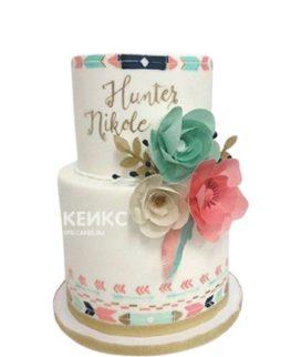 Двухъярусный свадебный торт в стиле бохо с разноцветными цветами
