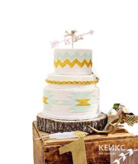 Свадебный торт в стиле бохо с орнаментом и стрелой