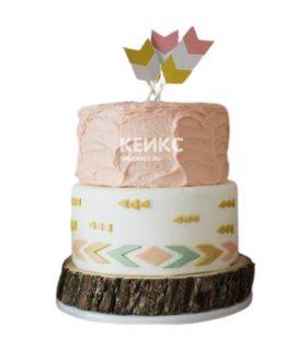 Бело-персиковый свадебный торт в стиле бохо с перьями