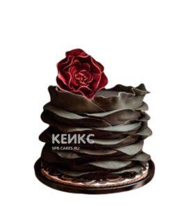 Шоколадный торт с красным цветком в готическом стиле