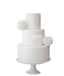 Белый трехъярусный недорогой свадебный торт с квадратами и цветами