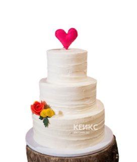 Недорогой свадебный торт с цветами и сердцем