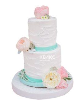 Недорогой нежно-розовый свадебный торт с цветами
