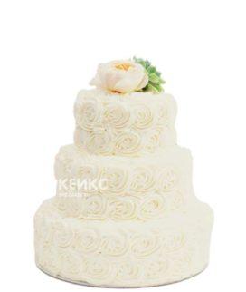 Недорогой свадебный торт из крема, украшенный пионом