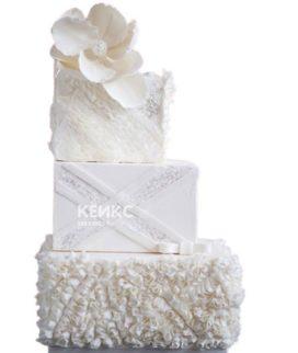 Недорогой белый свадебный торт с цветком