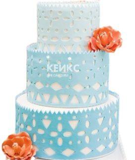 Бело-голубой свадебный торт в стиле бохо с цветами