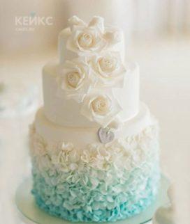 Нежный свадебный торт цвета Тиффани с кружевами и розами