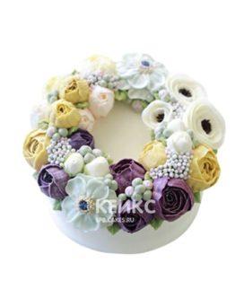 Белый торт в малазийском стиле с разноцветными цветами