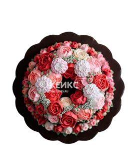 Торт с красными и розовыми цветами в малазийской технике