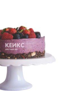 Веганский торт с фиолетовым кремом и ягодами