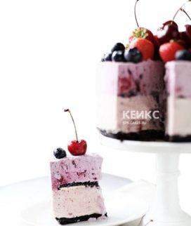 Розовый вегетарианский торт с ягодами