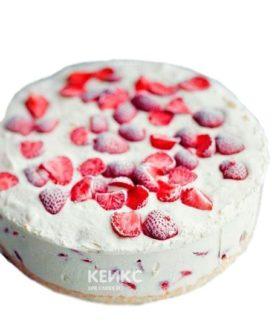 Белый вегетарианский торт с клубникой