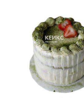 Кремовый торт с зеленой посыпкой и свежей клубникой