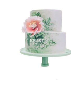 Белый двухъярусный торт с зеленым рисунком цветов