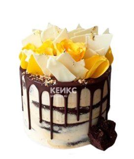 Торт с глазурью и желтыми цветами