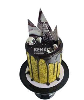 Желтый торт с шоколадной глазурью