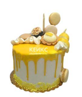 Торт с желтой глазурью и сладостями