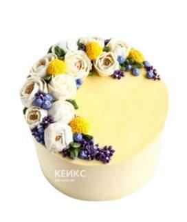 Желтый торт с разными цветами