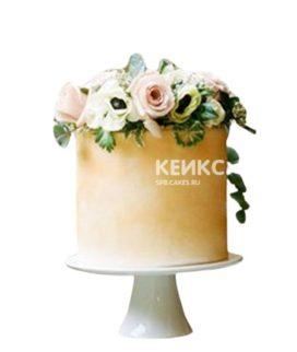 Золотой торт с живыми цветами